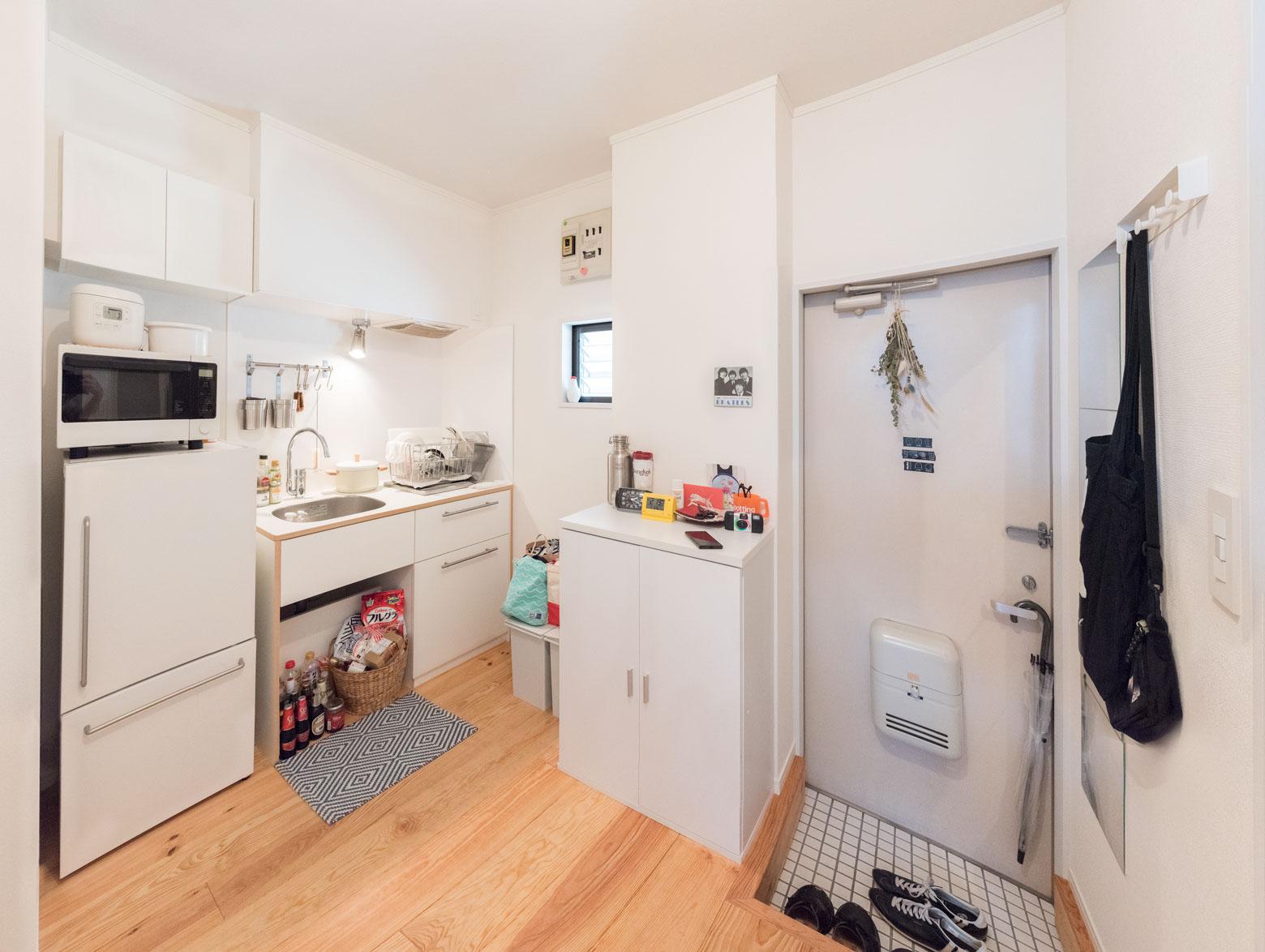 キッチンのようす。ちゃんと使われてる感があって、それでもすっきりと整頓されてるのがすばらしいな、見習いたいな、と思った。