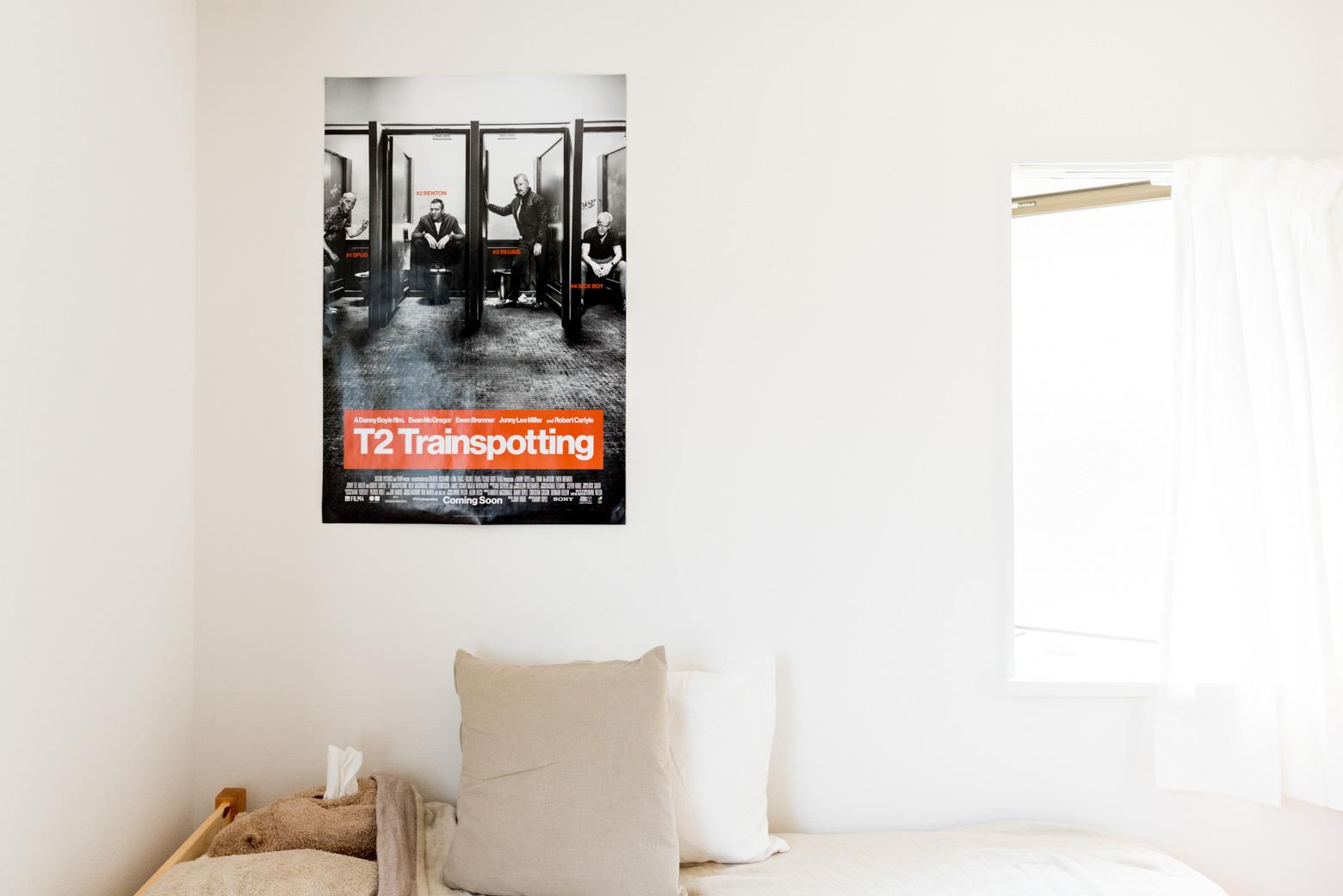 たとえばさきほどふれたポスター。そう、映画「T2 Trainspotting」のもの。「大好きなんです!」とのこと。ぼくは観たいと思いつつまだ。90年代カルチャーの金字塔と呼ぶべき96年の1作目がぼくは大好きだったんだけど、大学生だった当時のあれこれ思い出していたたまれなくなるのが分かってるので躊躇してしまう。そうかー、好きなのかー。わかるよー。