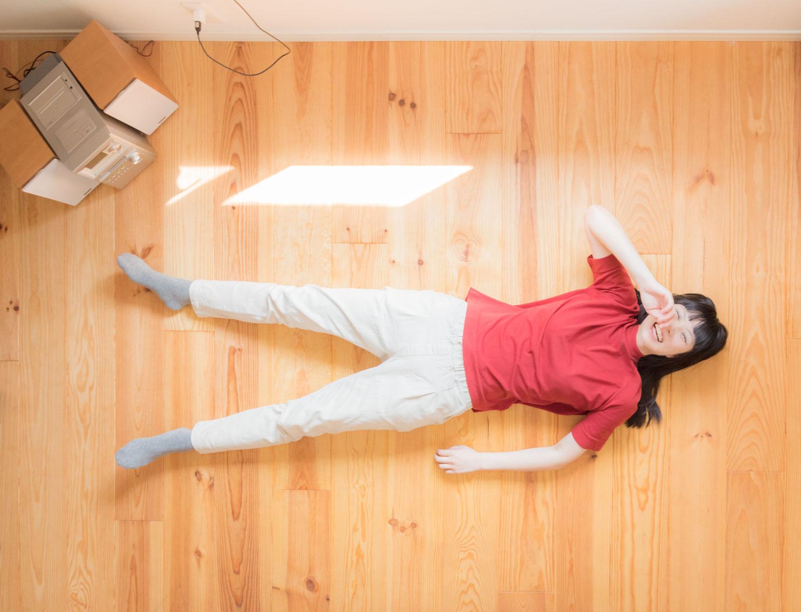 恒例の「寝っ転がってポートレイト」。田村さんが「オフィスでもよく笑ってる」という通り、撮影の間中ずっと笑っていた。良いのが撮れた。
