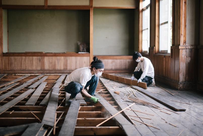 """例えば、長野県からは、家が解体される際、まだ使える部材を""""レスキュー""""し、メンテナンスや使い方を提案し販売、新品にはない古材が持つ価値を発信する、東野唯史(REBUILDING CENTRE JAPAN)"""