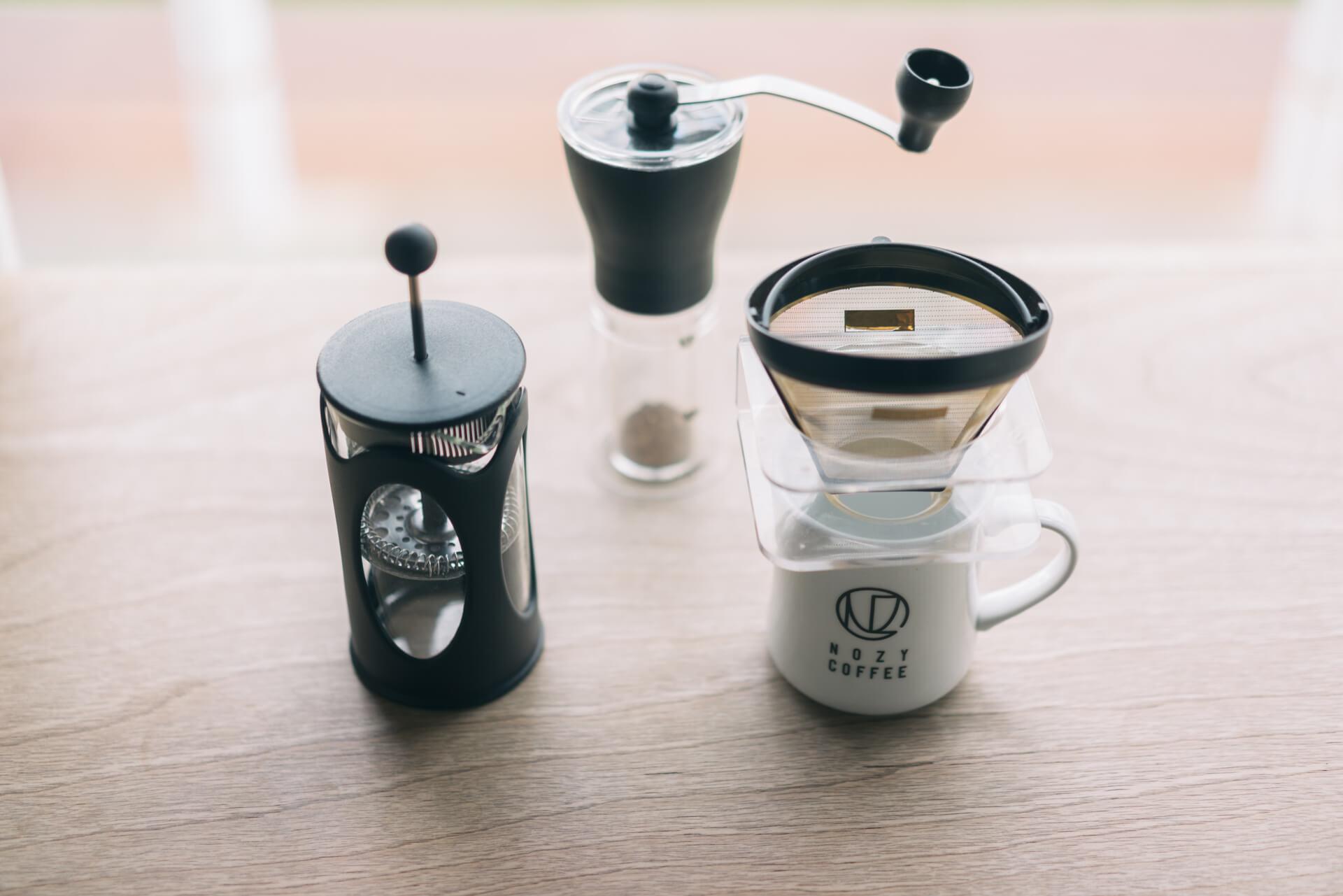 お店で販売もしている、おすすめのコーヒー道具。左から、フレンチプレス、コーヒーミル、金属フィルターのドリッパーと、オリジナルのマグカップ。