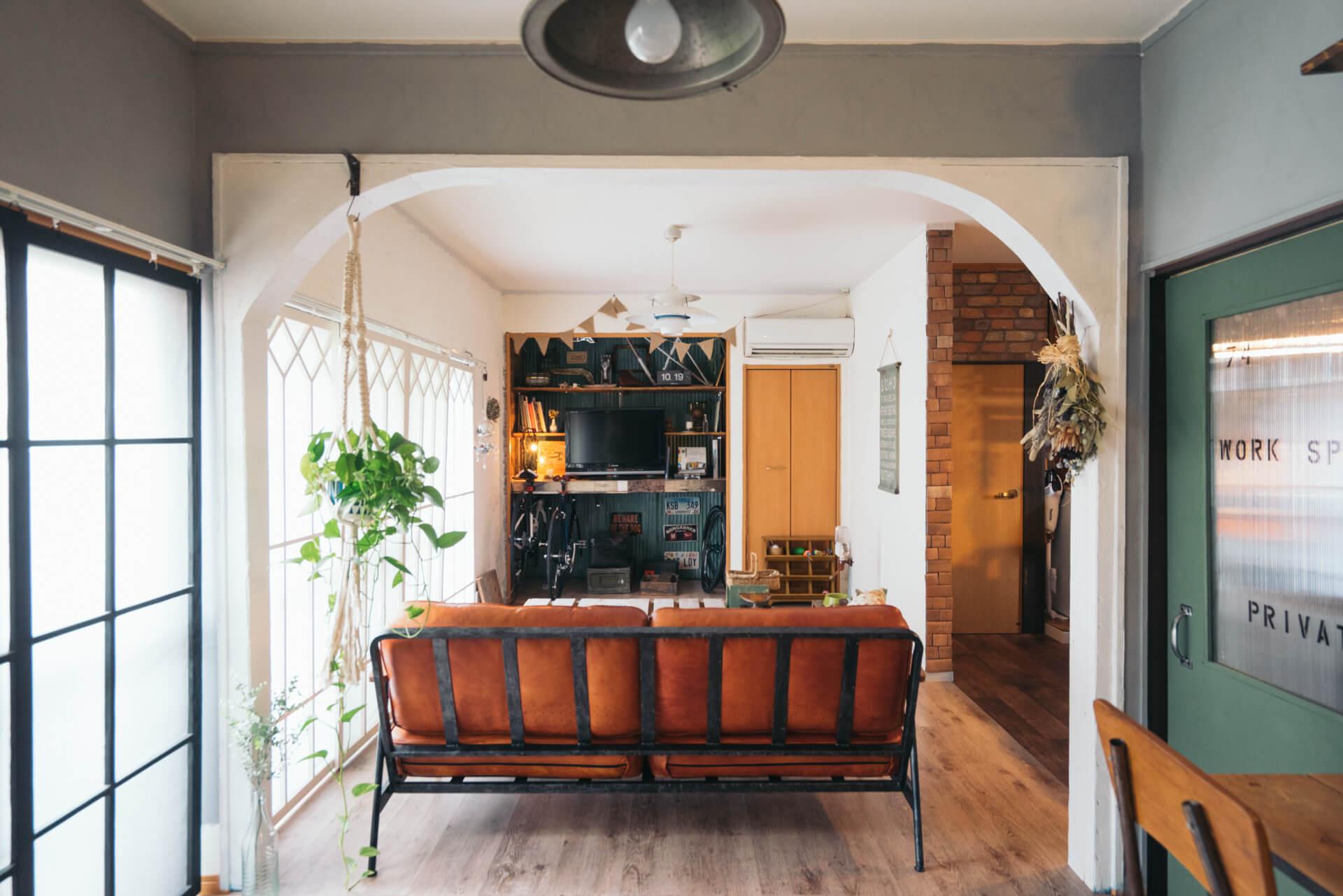 1階の間取りはもともと2DK。部屋と部屋の仕切りの部分はベニヤ板を使ってアーチを