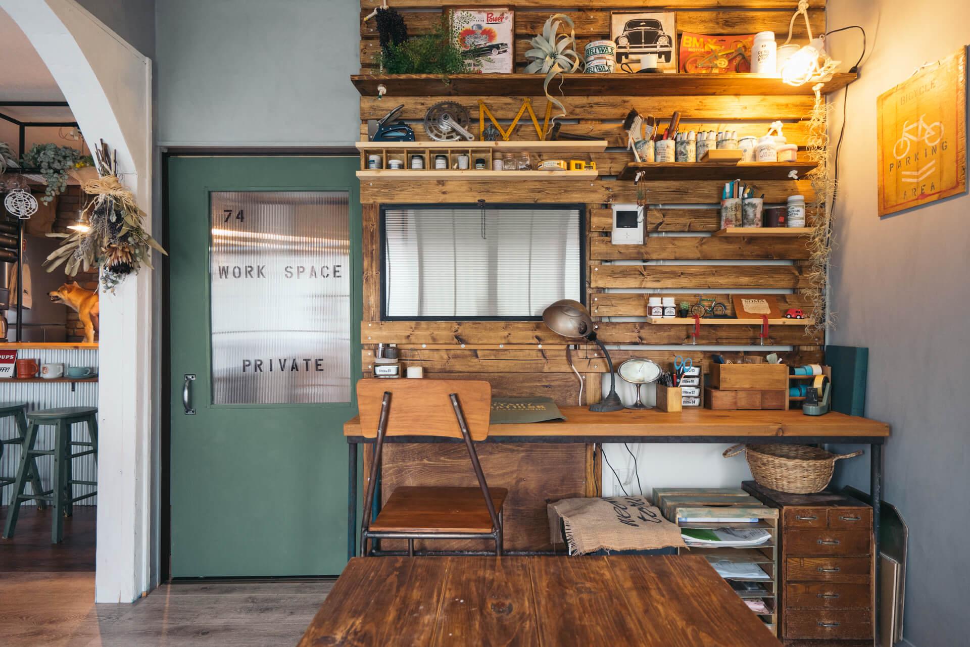 お気に入りという板壁の部分は、元々あった襖をはずし、窓とドアもつけています。