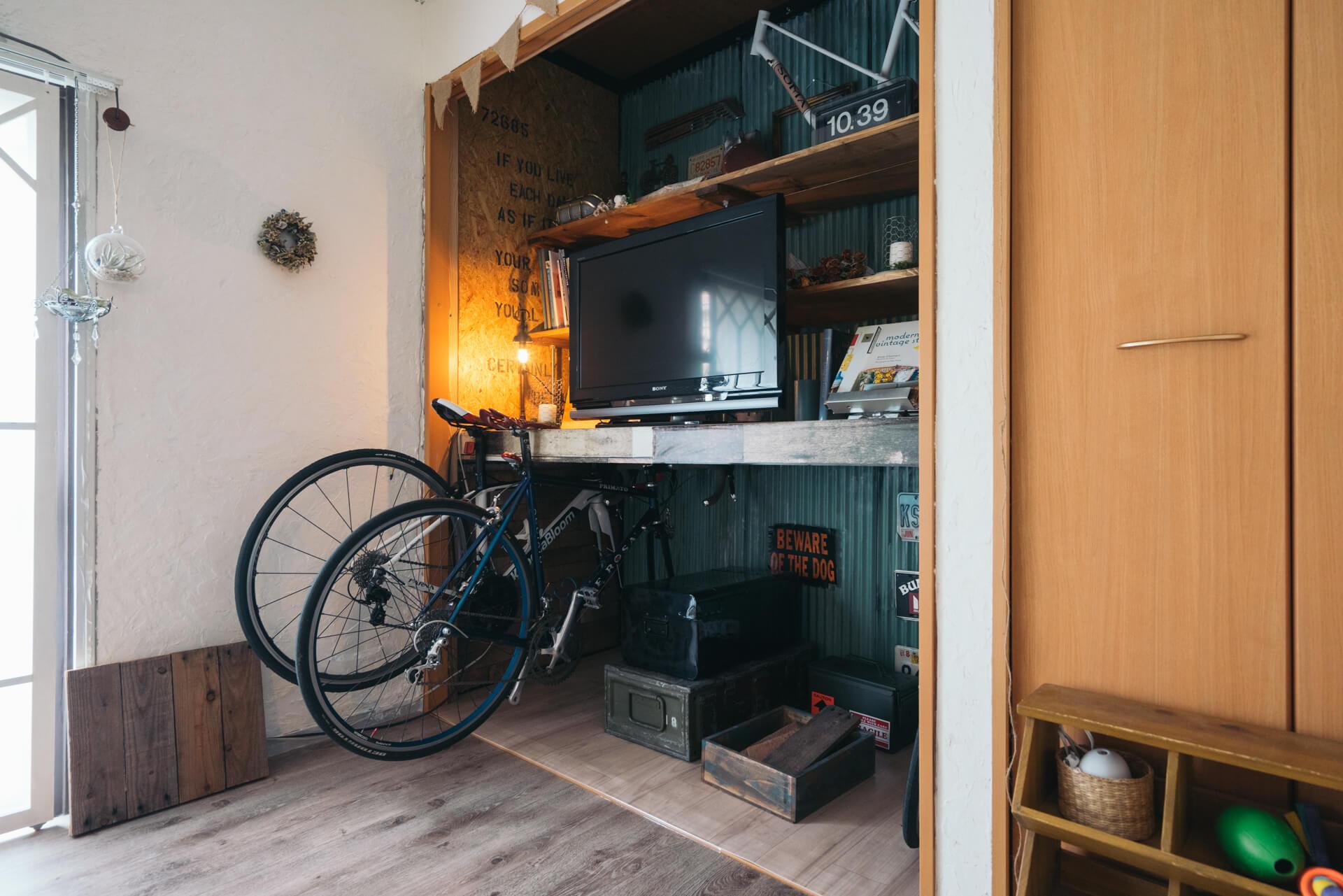 押入れも、襖をはずしてテレビ台に。お二人の自転車も収納されてますね!