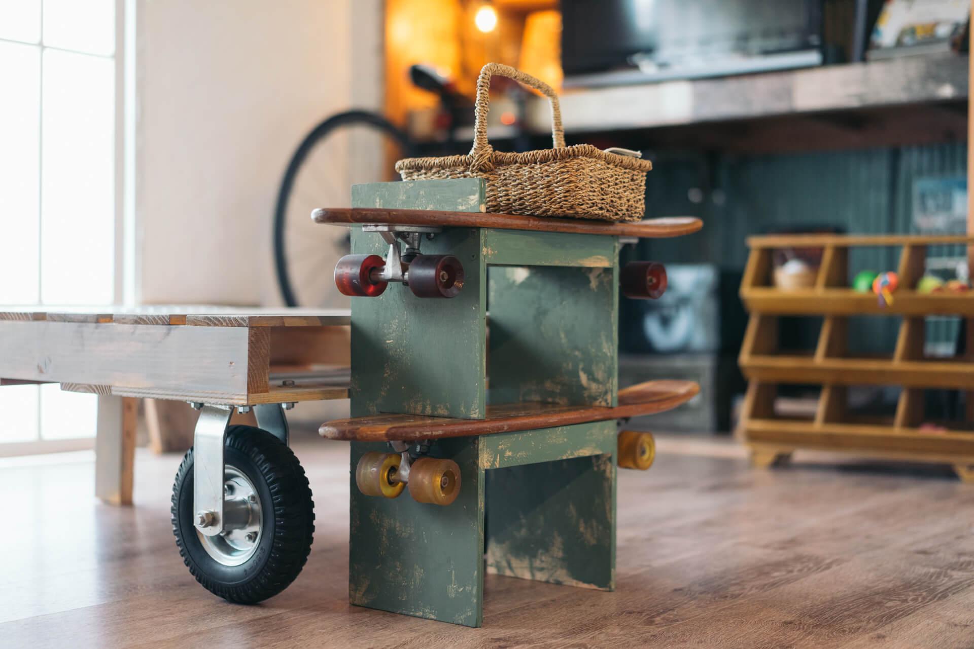 リビングのローテーブルには片側に車輪が!よく見ると、サイドの棚もスケートボードでできています。