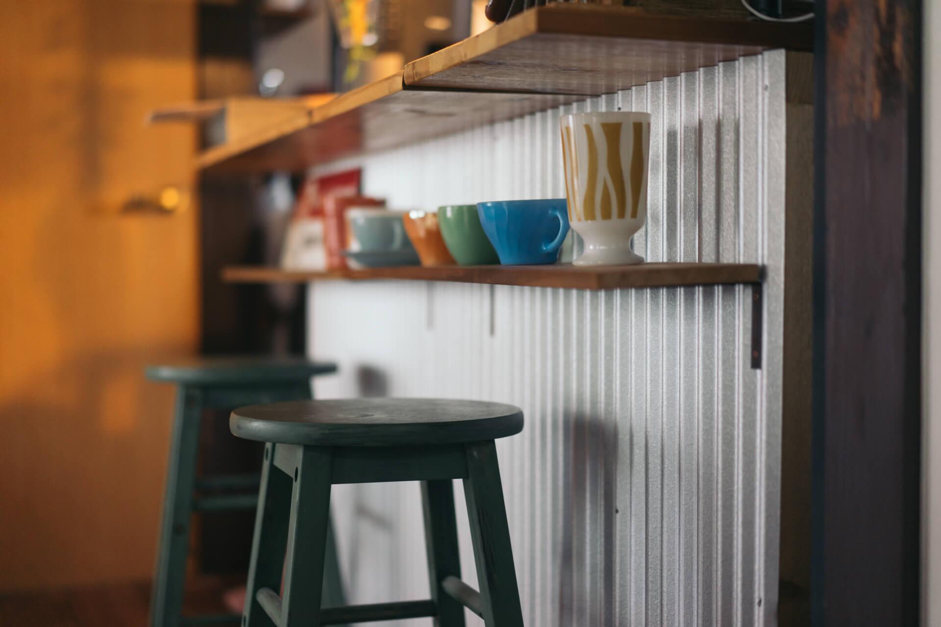 旦那さまのコレクションという、ファイヤーキングのカップを飾るための棚もちゃんと。