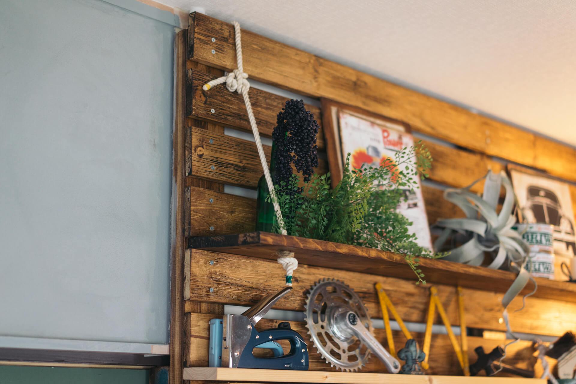 突っ張るジョイントで柱を立てて、板を渡して。少し間をあけておけば、はさみこんだ板とロープで、こんな風に手軽に棚が作れるんですね。これはナイスアイディア。