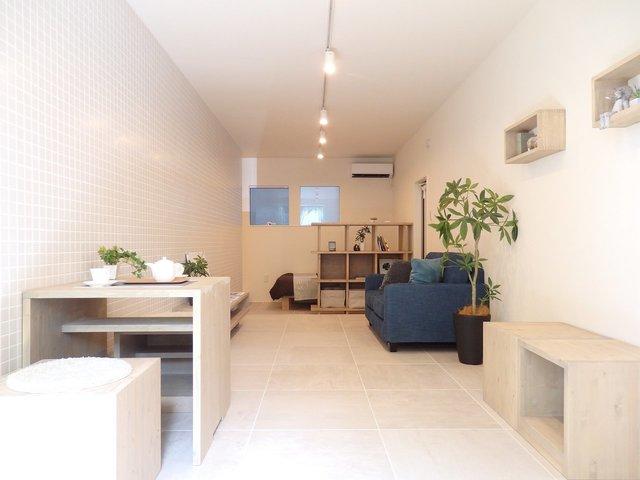 床や壁がタイル仕様になっていてスタイリッシュなモダンテイスト。