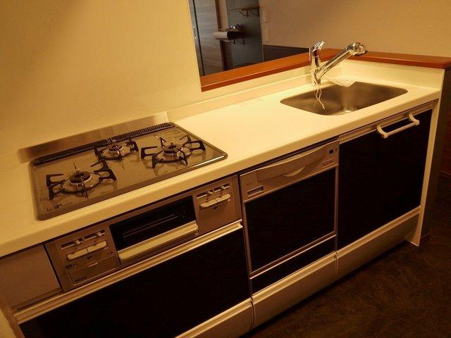 食洗機つきのガス3口キッチン!十分すぎる機能があります。