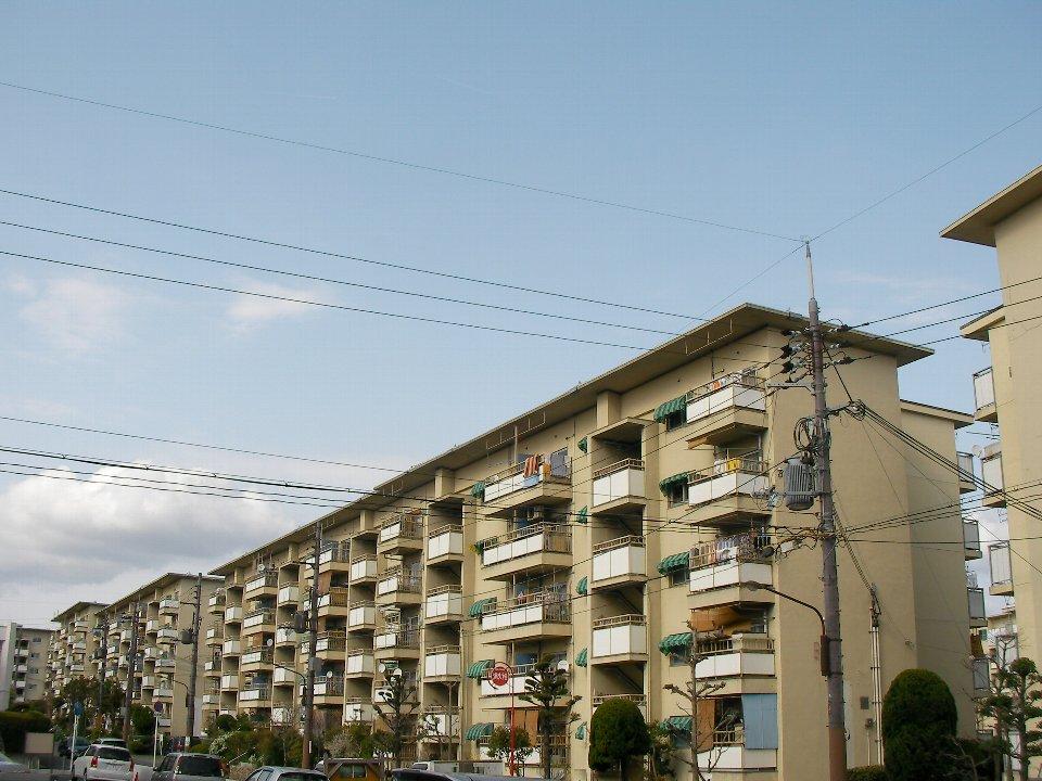 大阪府営新千里東住宅:シンプルな矩形の住棟が長大に並ぶ