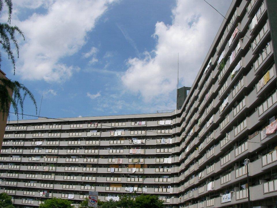 大阪府公社千里竹見台住宅:美しいカーブを描く外観