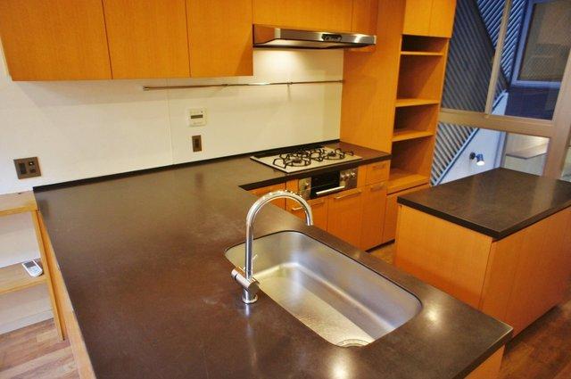 豪華なL字。これはキッチンというより厨房です。
