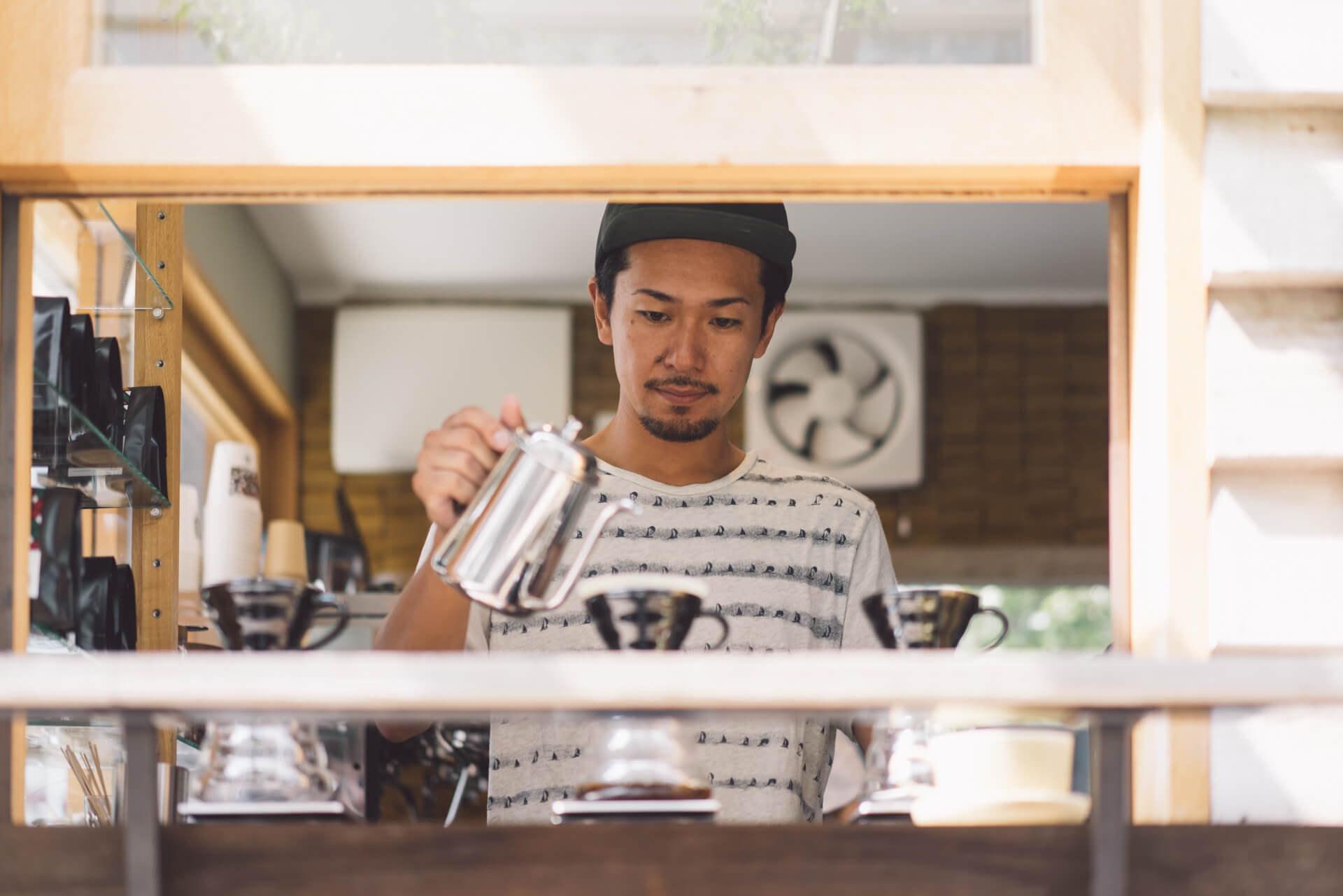 オーナーの坂尾篤史さん。おすすめの1杯を淹れていただきました。