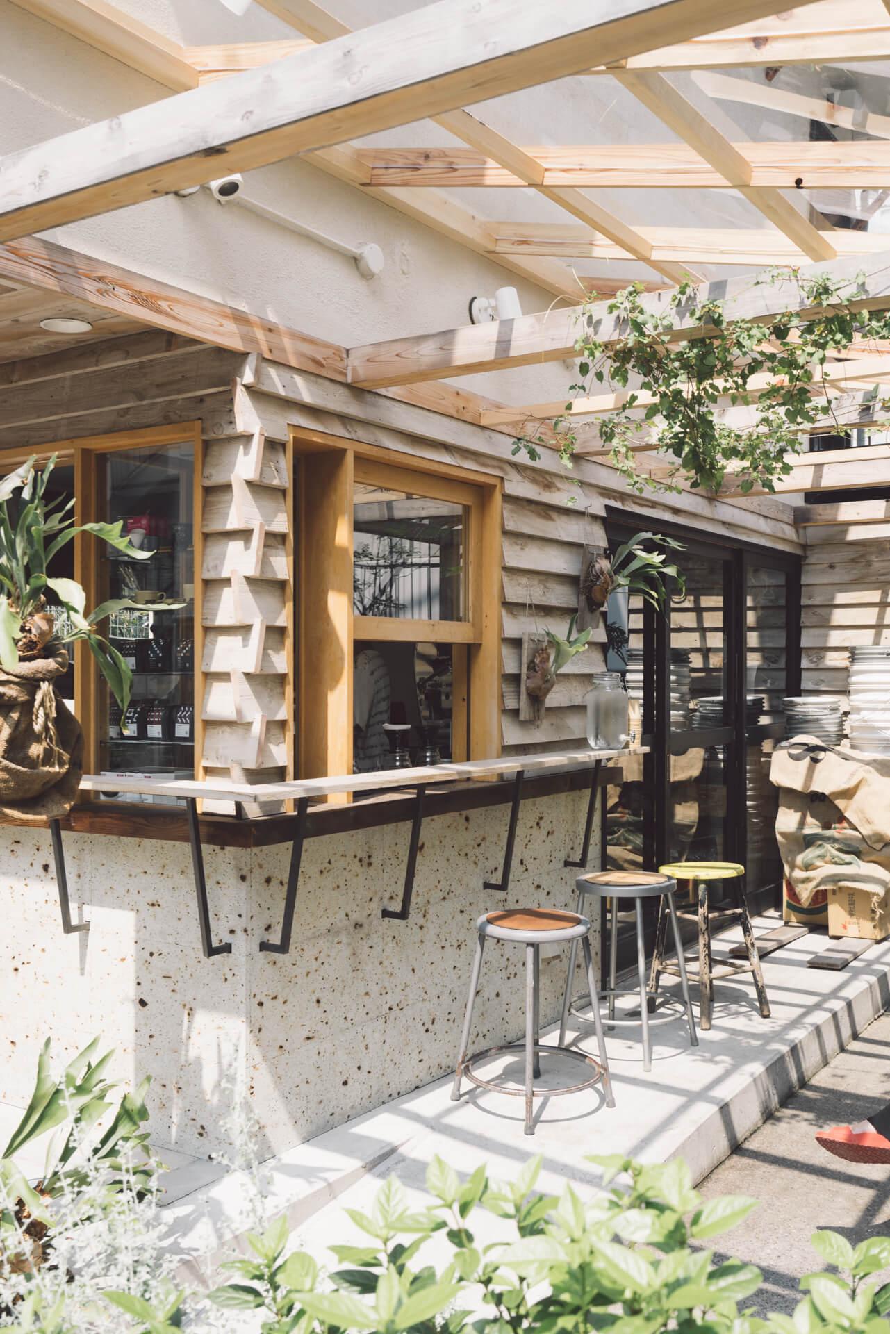 古い2階建ての古民家を改装した中目黒店。外にカウンター席とベンチがあり、グリーンで彩られた空間の中でくつろぐことができます。
