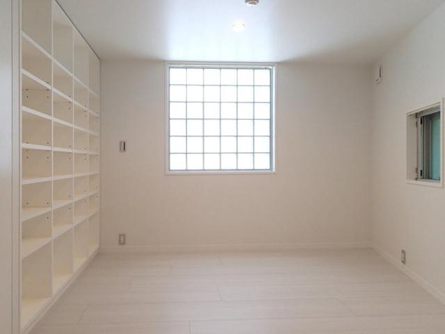 寝室には大きな棚。