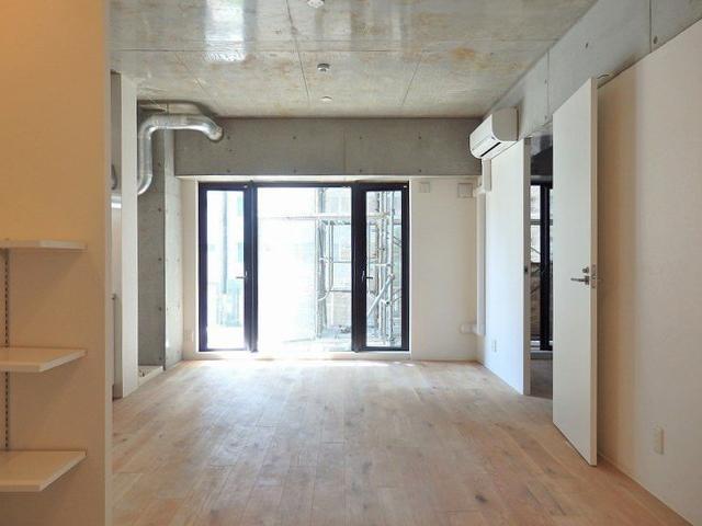 打ちっ放し&無垢床の組み合わせ、個人的には最強。