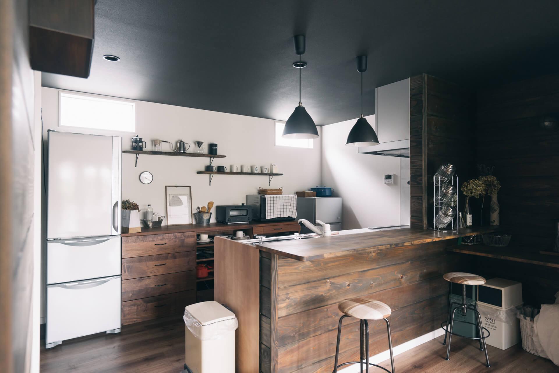 作り付けのカウンターキッチンに合わせて、キッチン背面の収納を購入。雰囲気がぴったりで、とても整った印象です。