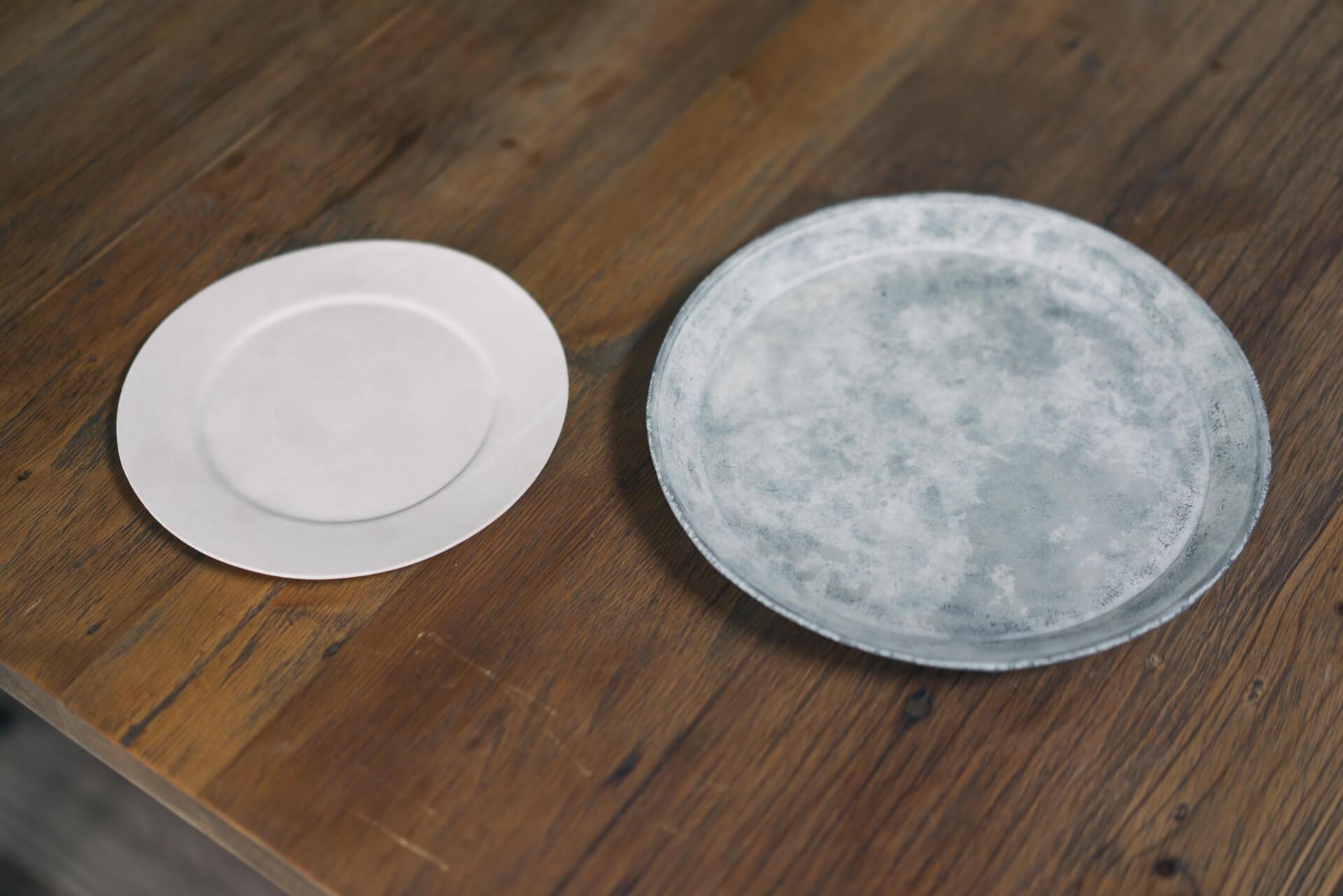 淡い色彩の中にも陰影が美しい、吉田次朗さん(http://www.yoshidajiro.com/)の丸皿。