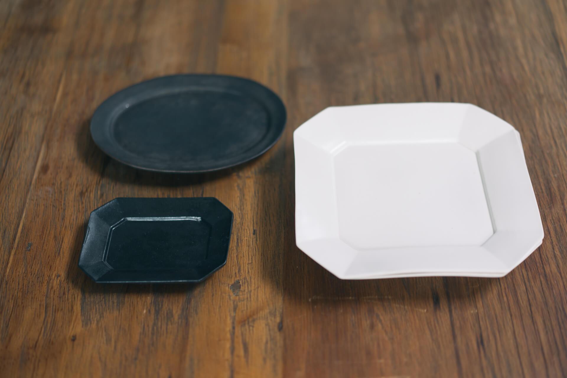 幾何学的な形とモノトーンのシンプルさがどんな料理にも合う、石川隆児さんの器。手前の小さな四角いお皿は井山三希子さんのもの。