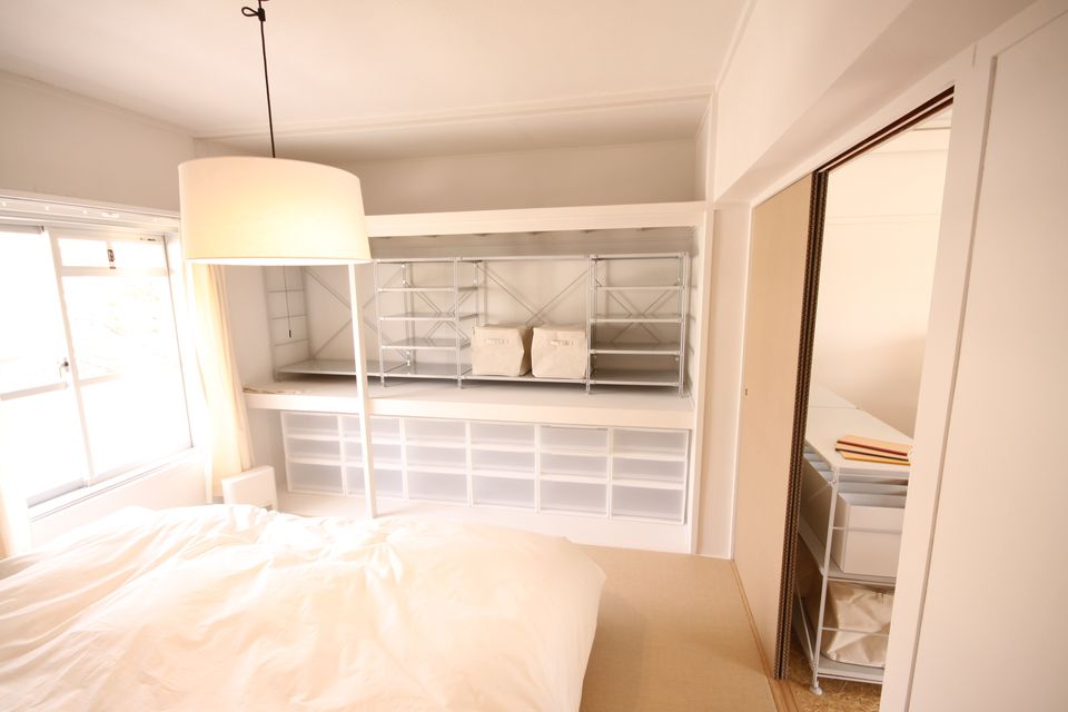 寝室は押入れのふすまが取り払われてオープン収納に改装