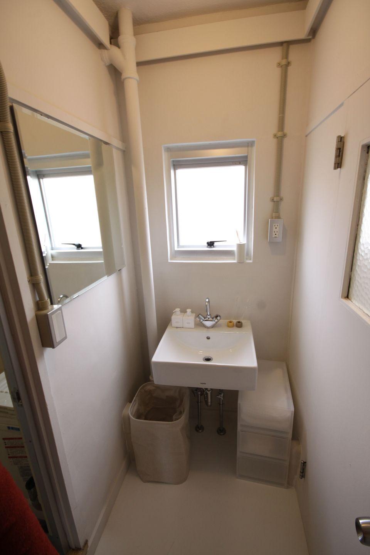 シンプルな洗面器が取り付けられている