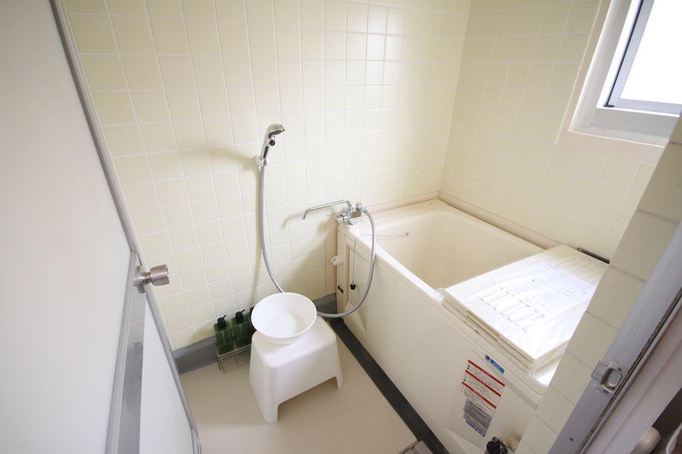 浴槽の入れ替え、タイルの張り替えが行われている