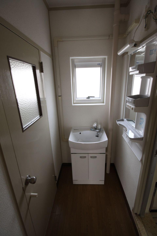 洗面台と鏡付き収納が設えられている