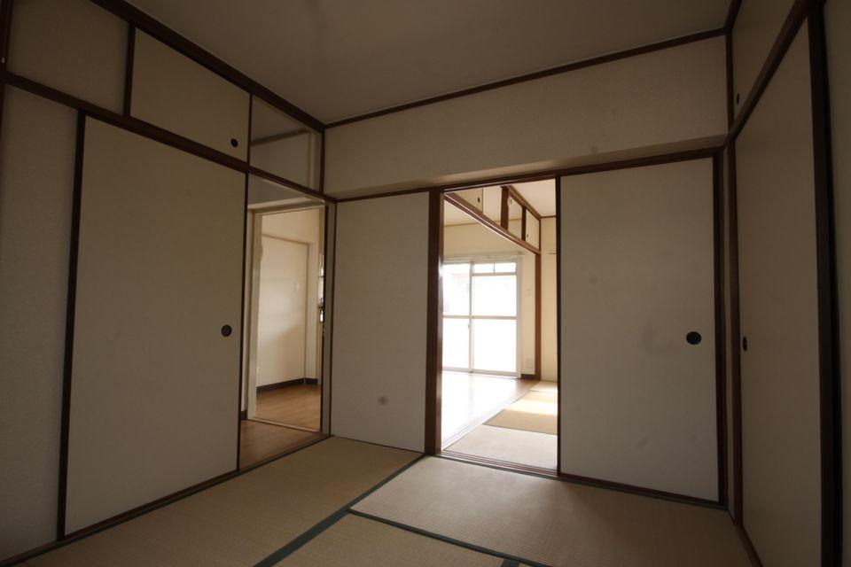 北側の和室から南の和室とDKを見る