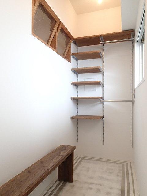 玄関はいった瞬間に、これはいい部屋ってすぐわかります。収納も兼ねた広めの土間があり、 自転車も持ち込みができるくらいの広さがあります。