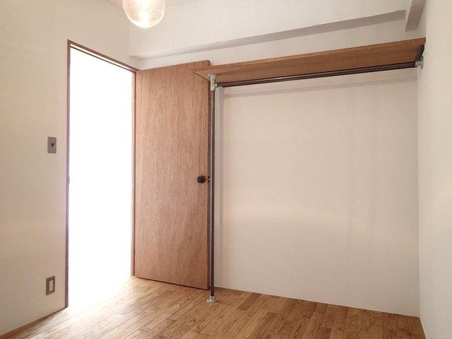 こちらは寝室!収納はオープンタイプ。