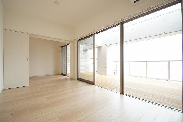 お部屋とほぼ同じ広さのウッドテラス!