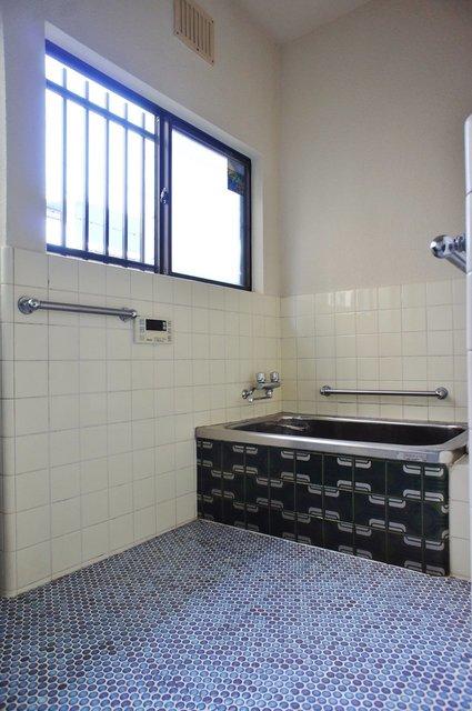 お風呂は若干レトロですが広い。