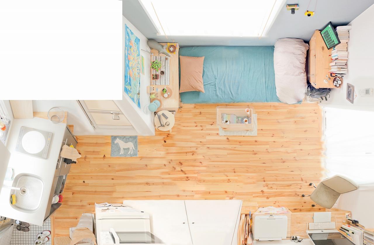 Iさんのお部屋は、16平米と小さなワンルームですが、玄関からベランダまで、床にモノを置かず導線が作られているのですっきり。