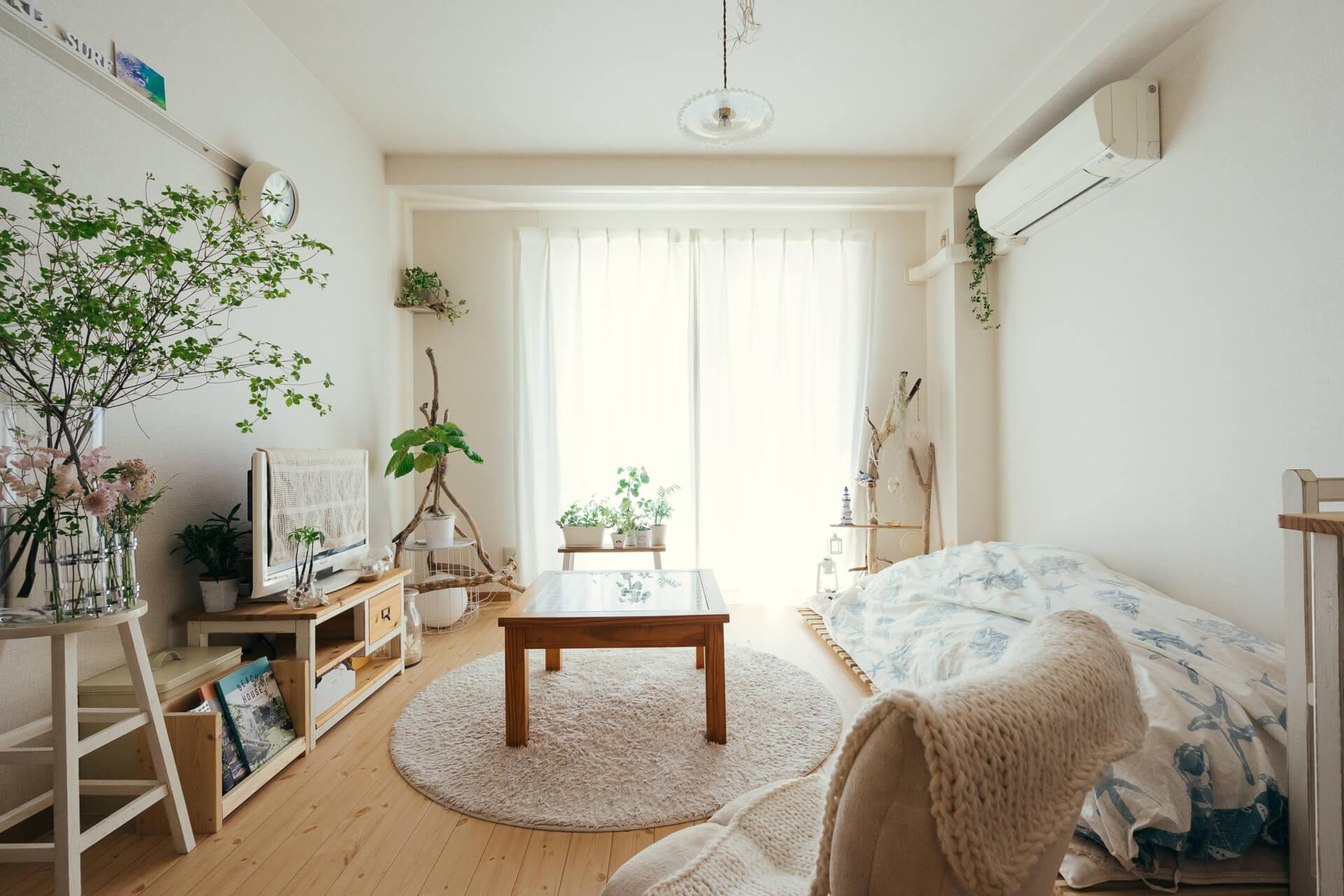 sakiyuka さんのお部屋は、ベッド代わりのすのこに布団、ローテーブル、テーブルと合わせた高さのテレビ台と、低く暮らしているので天井が高く感じられます