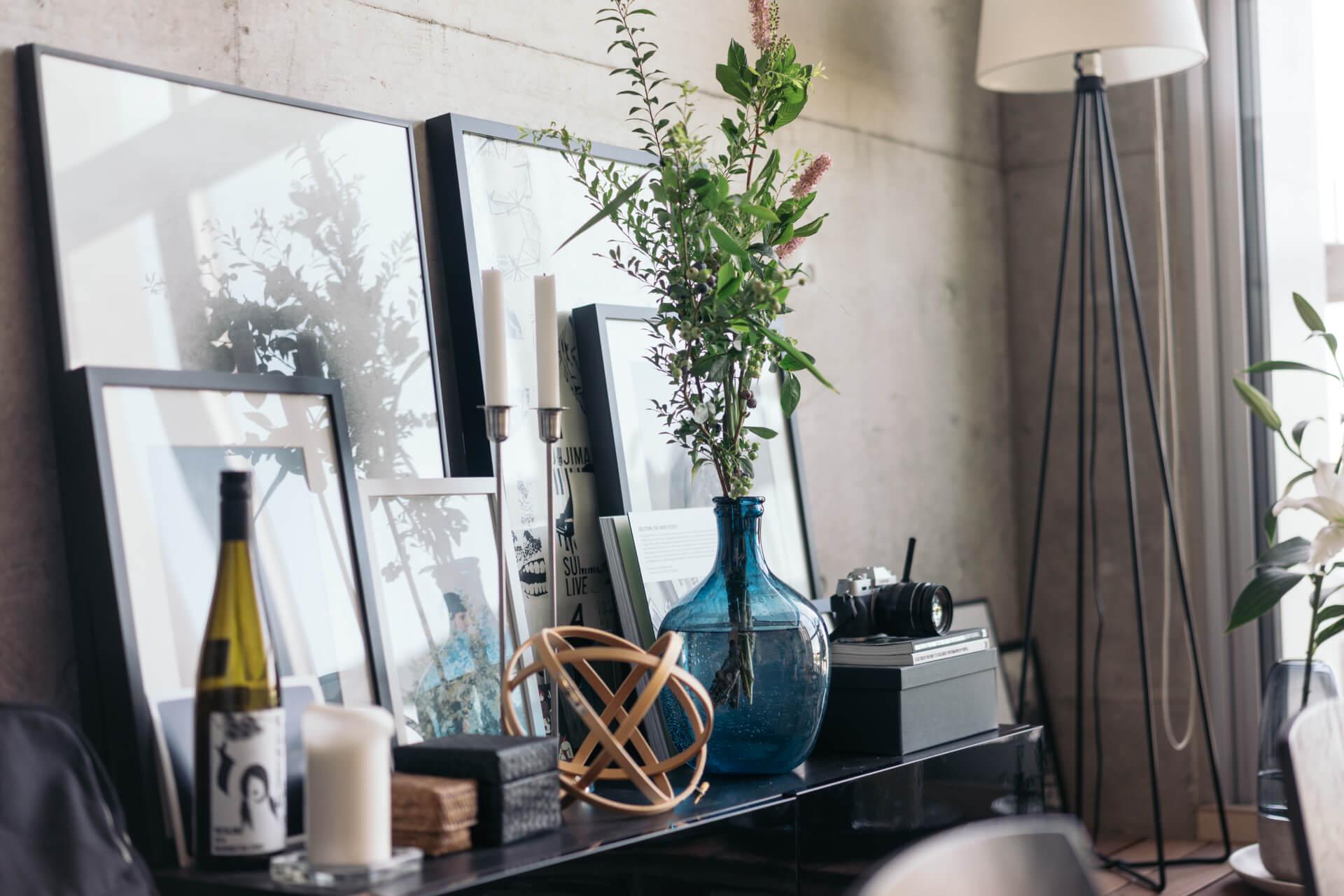 雑貨やグリーンがバランスよく並べられていて、どこのコーナーを眺めていてもちょっとワクワクしてしまう、素敵なお部屋です。