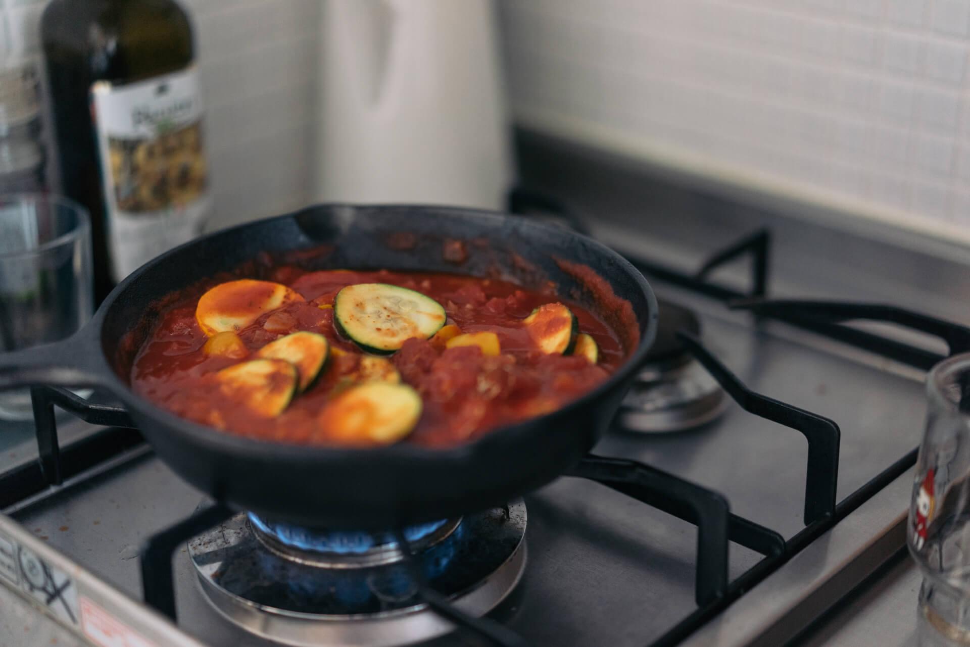 この日作っていただいたのは、「シャクシュカ」というイスラエル料理。ニンニク、タマネギ、ズッキーニを炒めてトマトとナツメグなどのスパイスで味付けし、真ん中に半熟卵を落とせば完成。