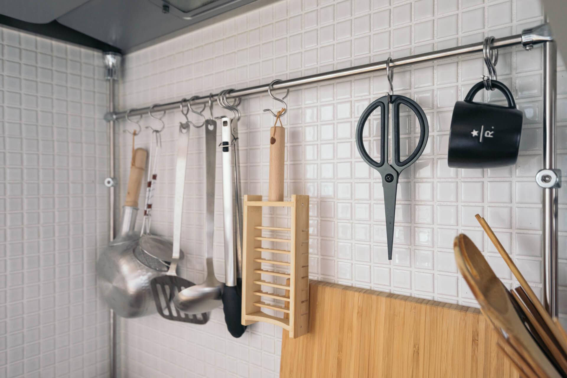 キッチン左側の吊るす収納は、つっぱるタイプのものを取り付けました。たくさんかけて、見せてあっても、素材や色がそろっているのでごちゃごちゃしません。
