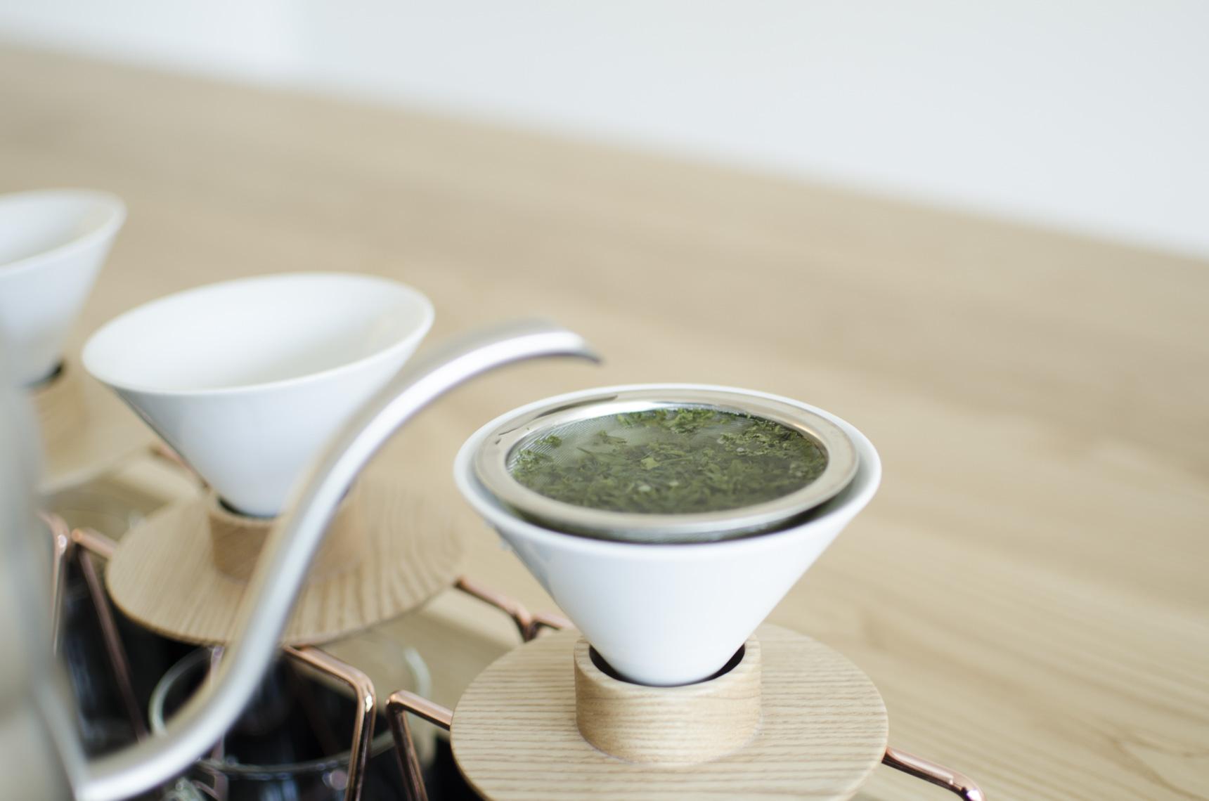 いよいよ、ハンドドリップ開始。コーヒーとは違ってドリッパーの中にお湯が溜まっていきます。1分20秒待ってドリッパーを上にあげると、お茶が一気に下へ落ちる仕組み。