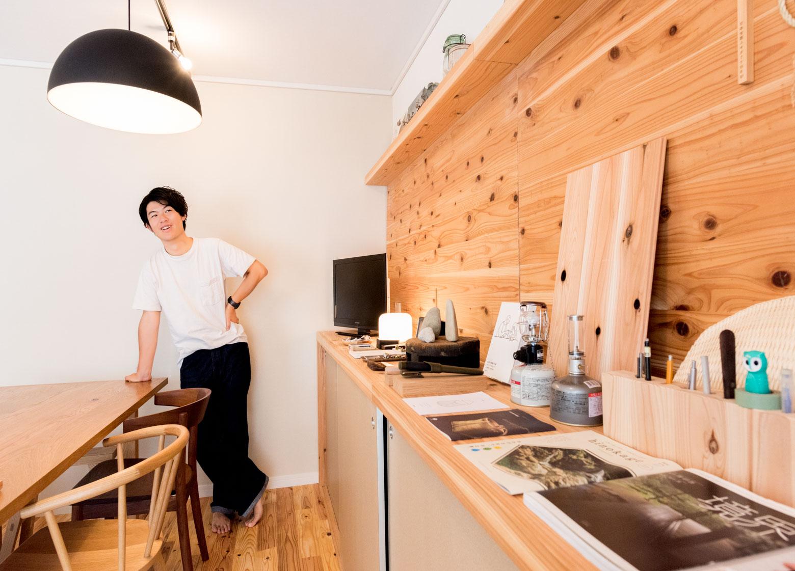 まるでギャラリーのように気になるものが陳列された棚。そのひとつに杉の板がある。この板を使って杉の魅力を説明してくれた。すごい。ここはほんとうに個人宅か