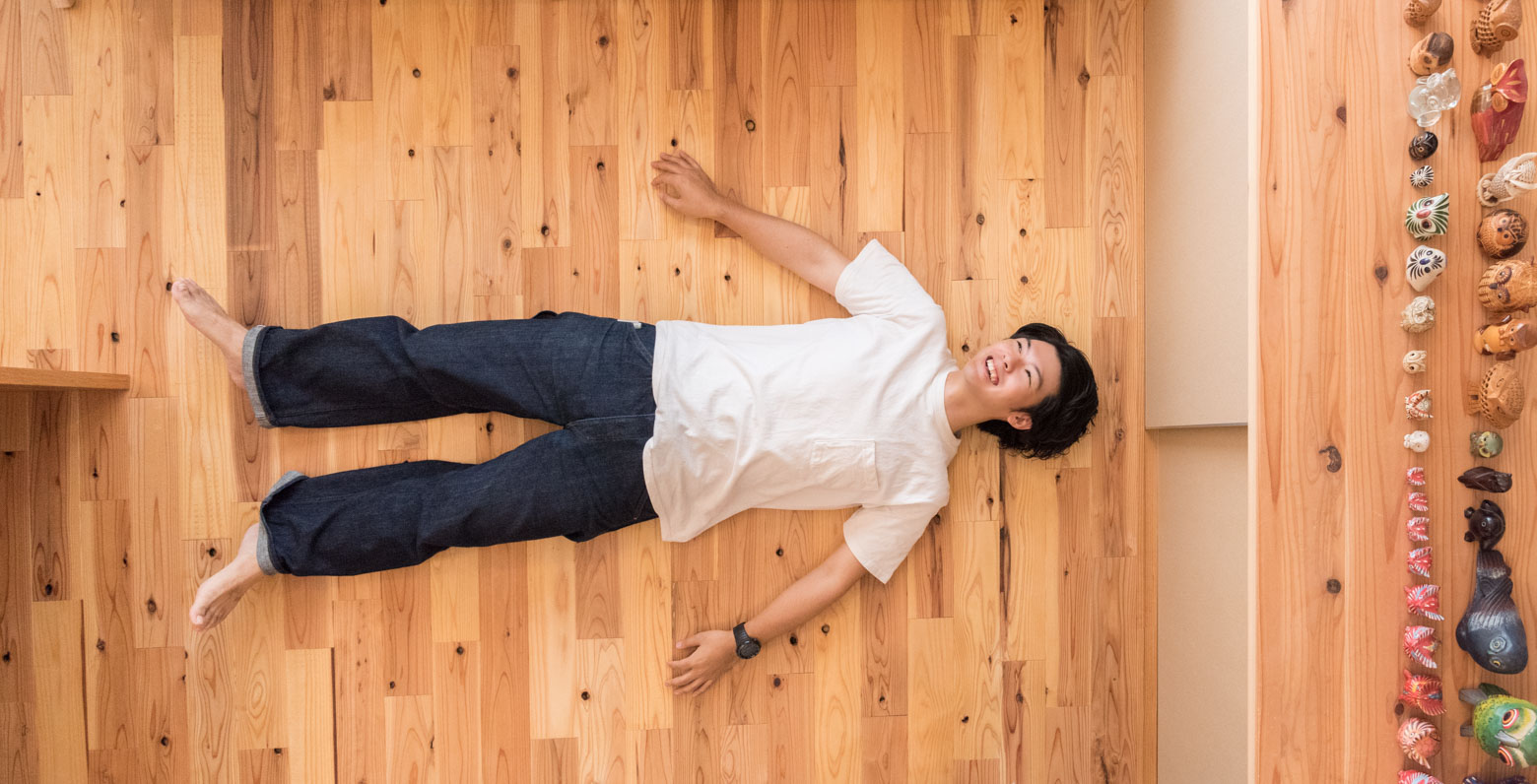 さいごこちらも恒例の「寝っ転がってポートレート」。フクロウたちとともに。