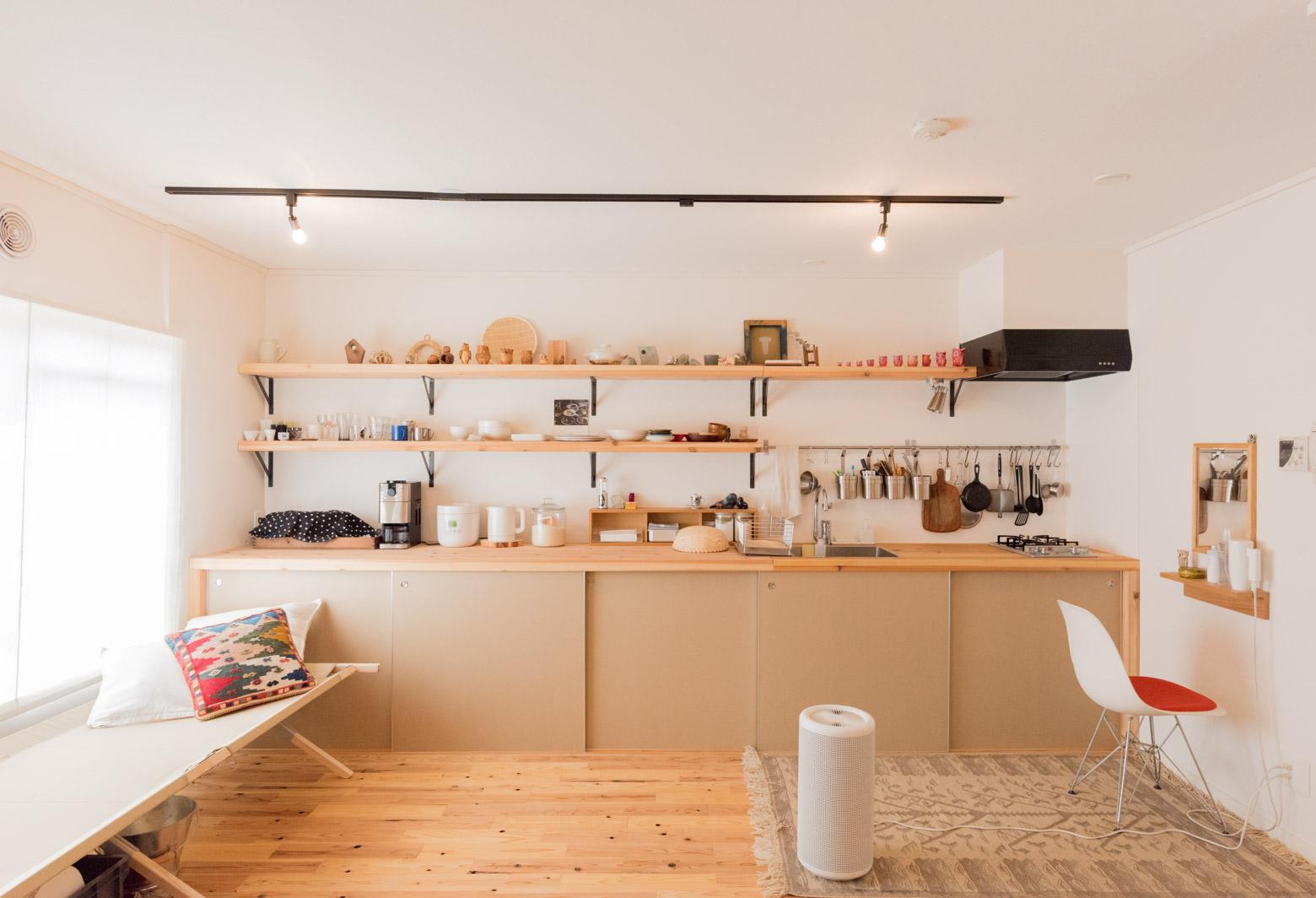 とても長いキッチンというべきか、それとも流し台がそのまま棚につながっているというべきか。とにかくこれすごくいい。うらやましい。うちもこうしたい。ちなみにちゃんとセラミック塗料が施されていて、水回りの仕様でも安心して使えるとのこと。