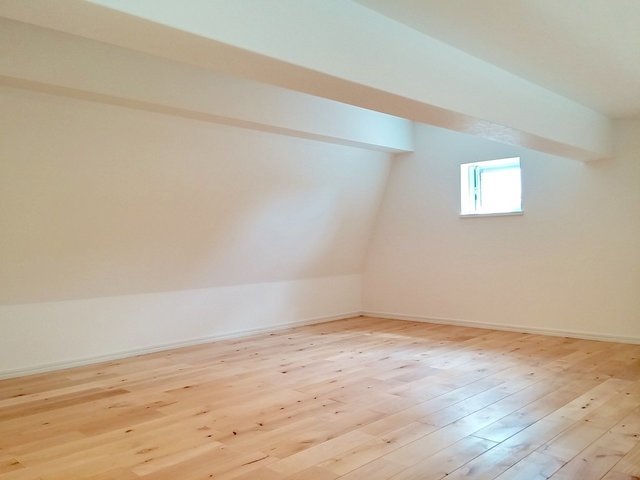 奥にちょっとした小部屋っぽいスペース、そしてロフトがついてます。