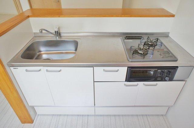 かわいく見えて、キッチンはガス2口にグリル付きと機能も十分!