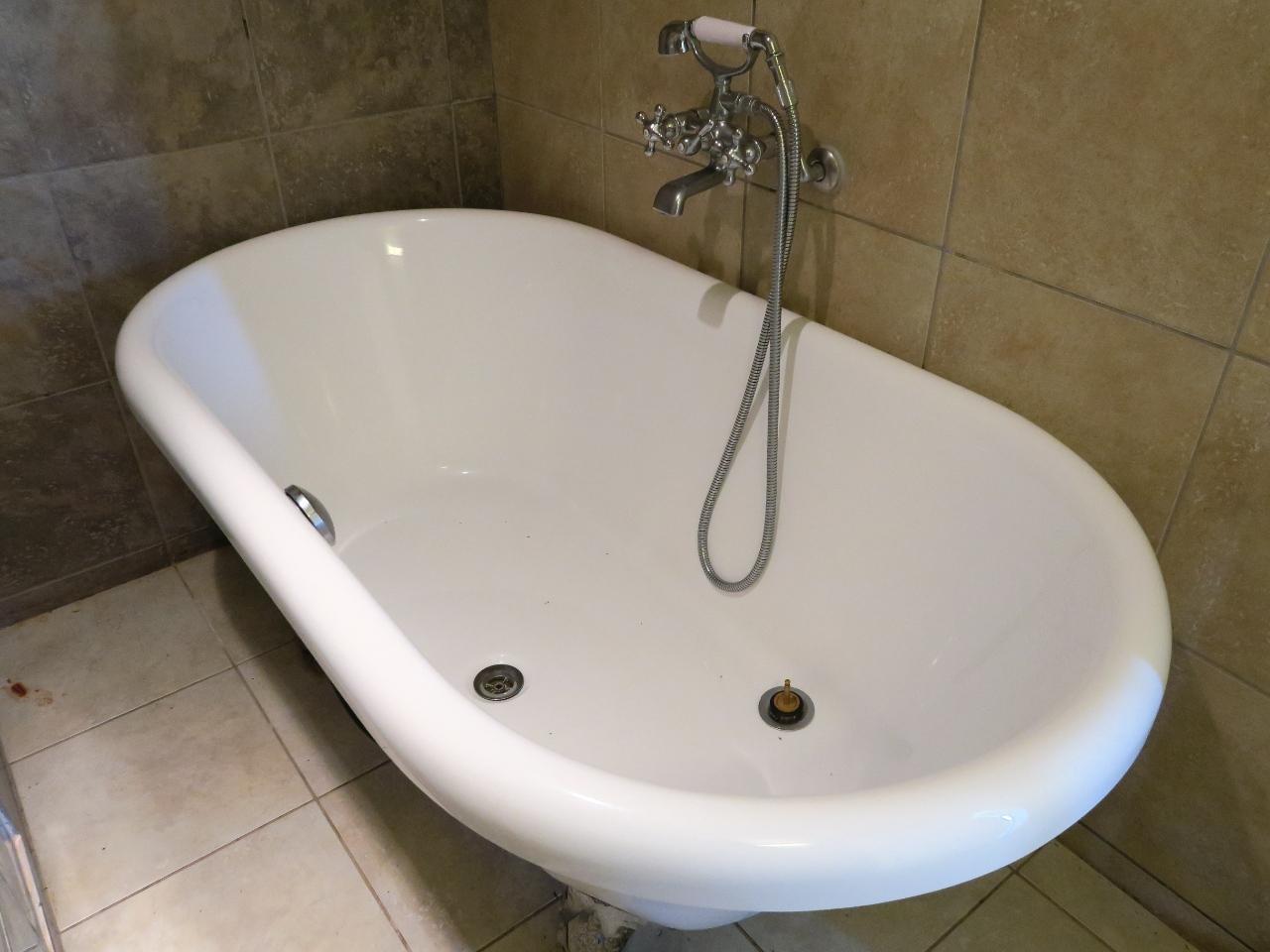 お風呂はばかでかい猫足バスタブ!これも嬉しい。