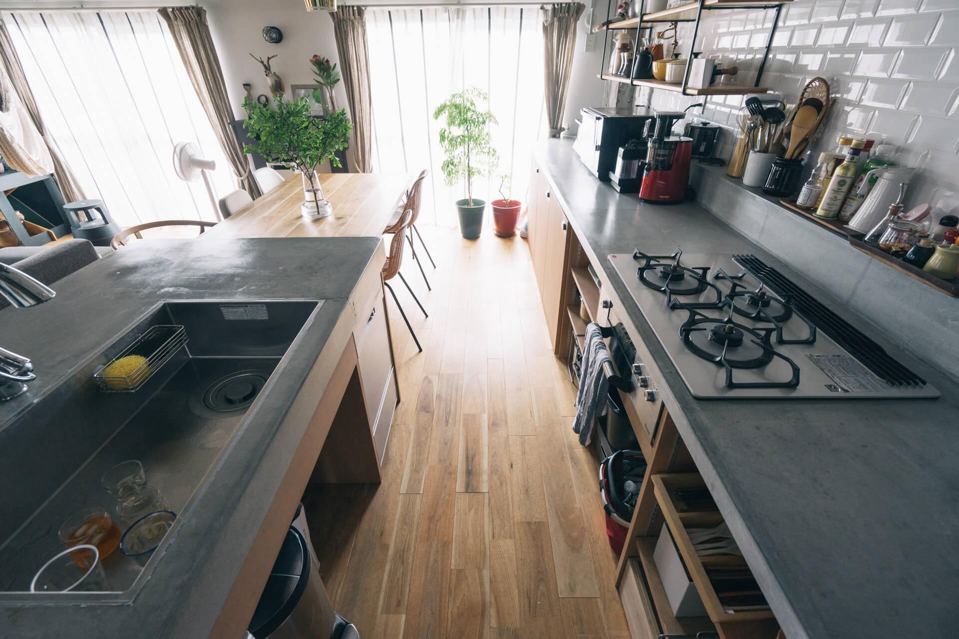 こだわりのⅡ型キッチン。シンク側は1mも奥行きがあって、たくさん器や料理を並べるのに便利そう。