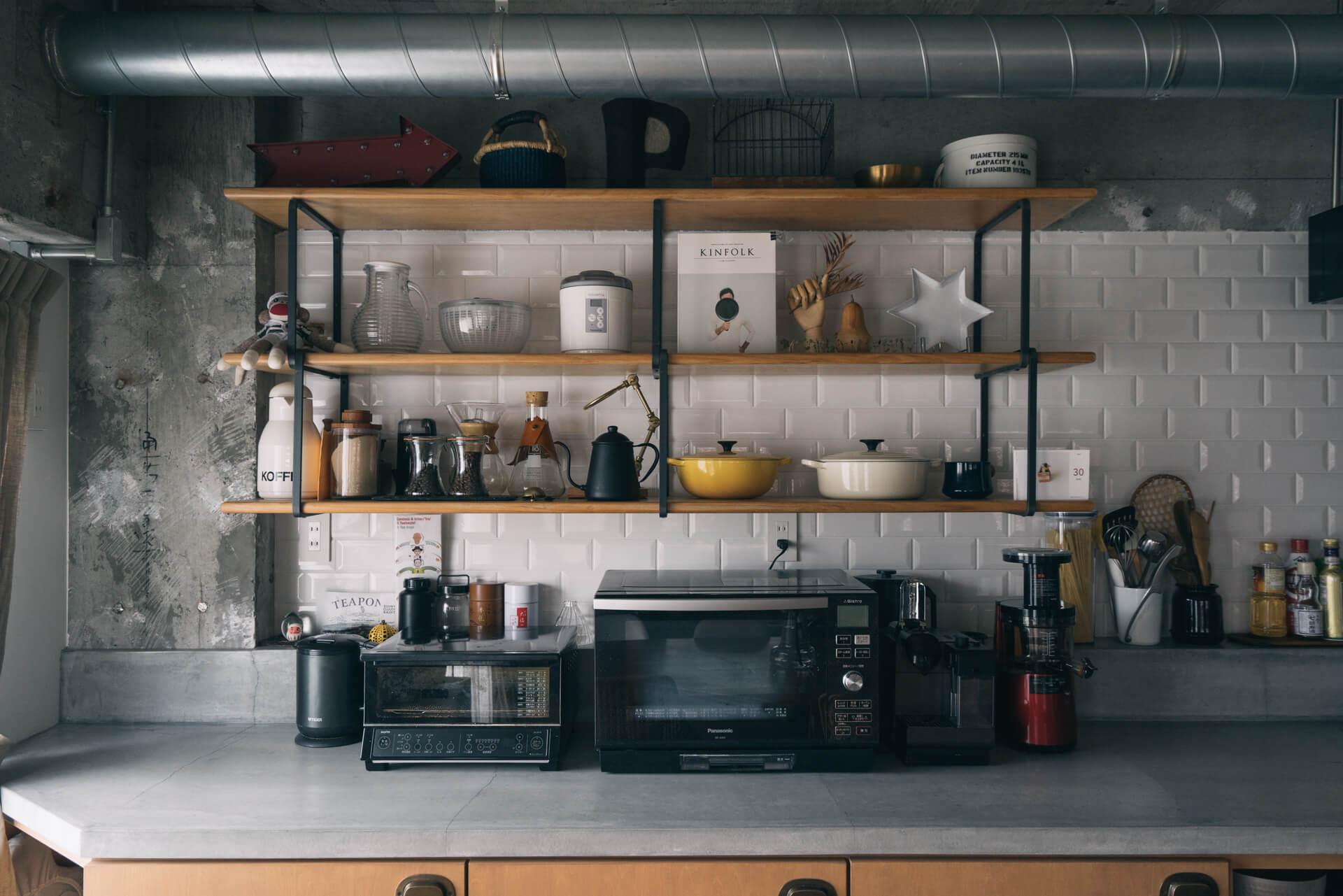 キッチンのオープン棚も、よく見るとぬいぐるみやオブジェなどがたくさん。「料理に全然関係ないようなものを並べるのが好きなんです」