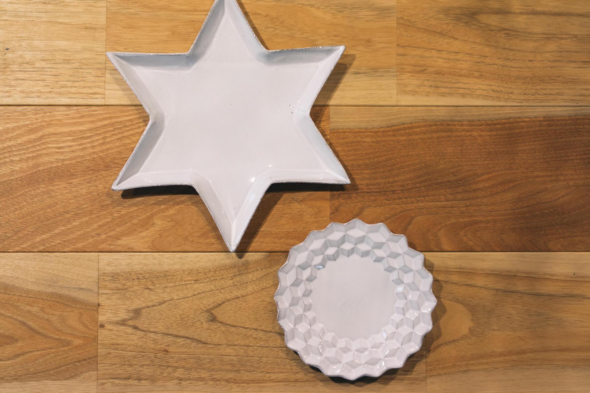 H.P.DECO で購入したアスティエ・ド・ヴィラットの白い陶器は、いつも立てて飾っているお気に入り。