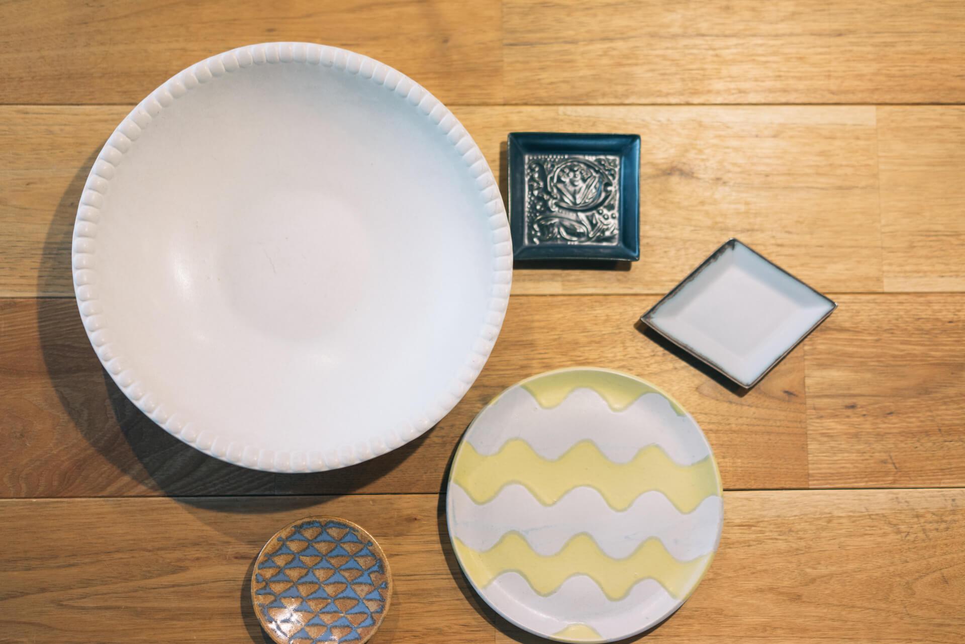 大きな白いお皿と、黄色の波模様がつけられたお皿は、鎌倉で行われていた個展で出会った、木村香菜子さんの器。