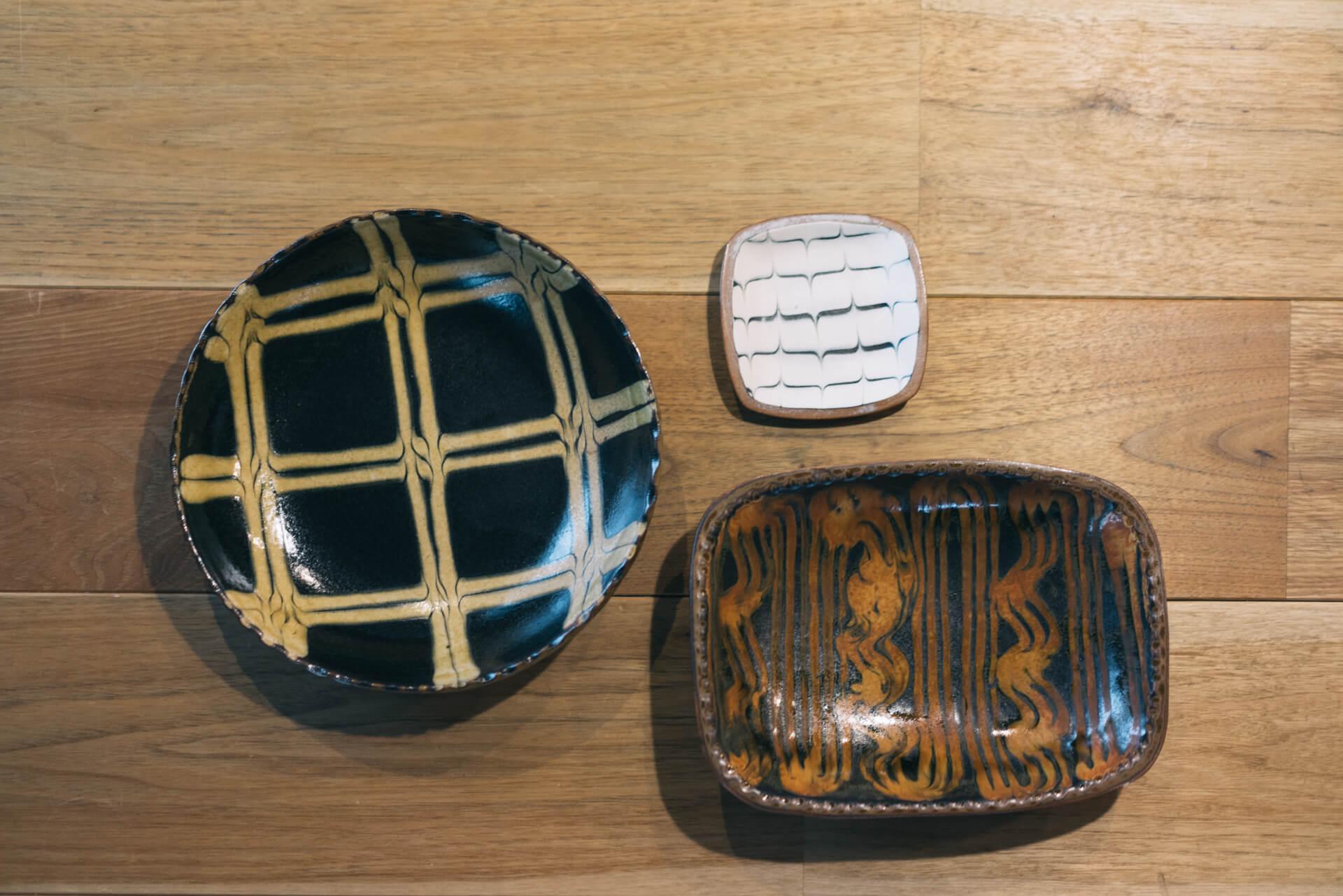 英国生まれのスリップウェアは、化粧土でつけられた模様にあたたかみがあって、和洋どちらの食卓にも合わせやすいすぐれもの。こちらは中目黒のSMLで購入。