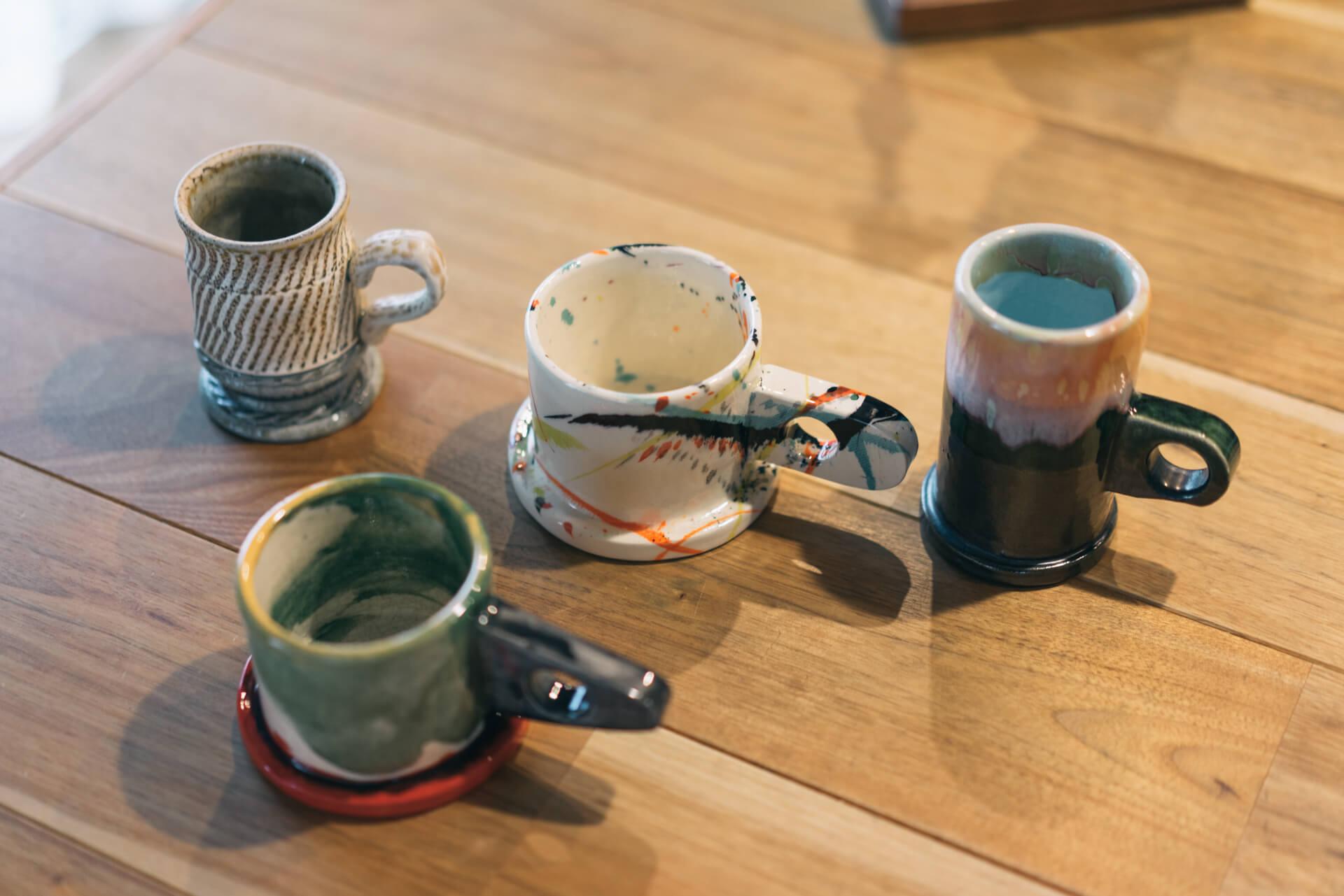 左上は、伊藤丈浩さんの益子焼のカップ。右の3つの変わった形のカップはエコパークポッテリーのもの。